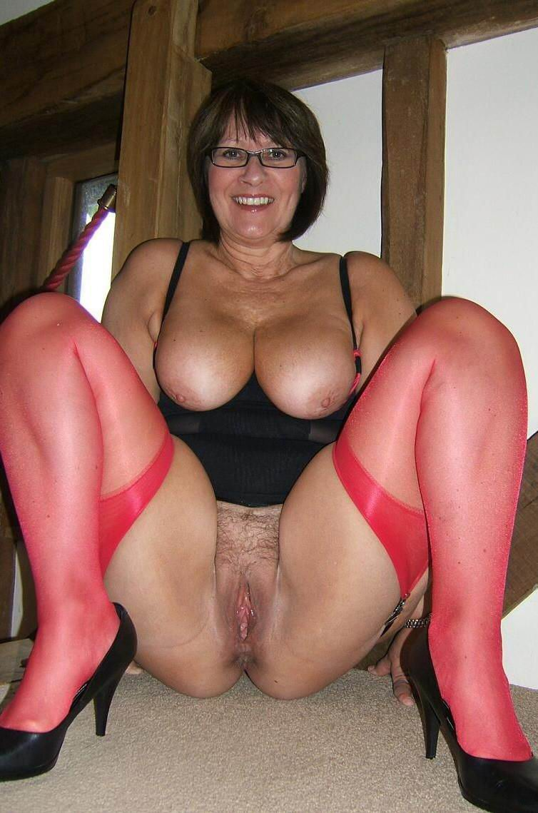 Thick mature woman gets naked
